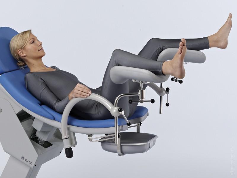 Лесбиянка с большим клитором на гинекологическом кресле — 3